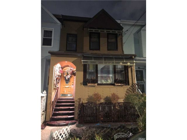4 BR,  3.00 BTH  Colonial style home in Woodhaven