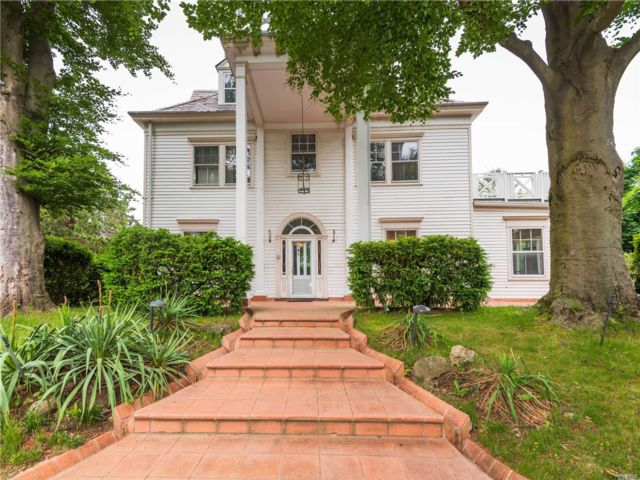 8 BR,  7.00 BTH  Colonial style home in Great Neck