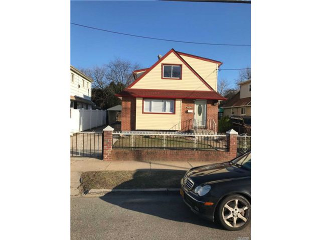 5 BR,  4.00 BTH  Ranch style home in Laurelton