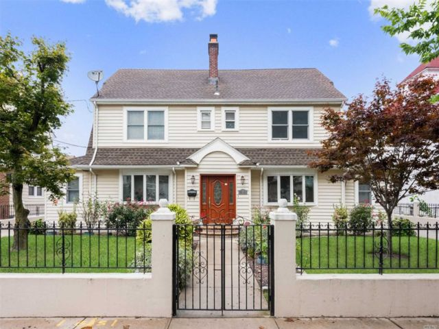 9 BR,  7.00 BTH  Colonial style home in Briarwood