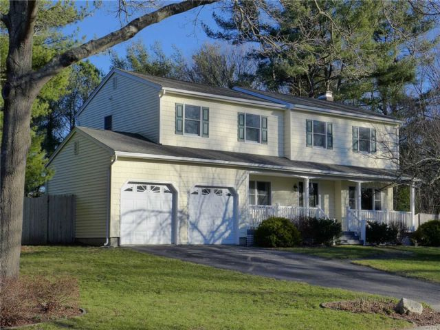 4 BR,  3.00 BTH  Colonial style home in Ridge