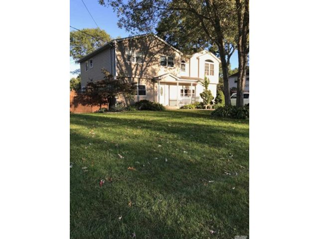 6 BR,  3.50 BTH Colonial style home in Medford