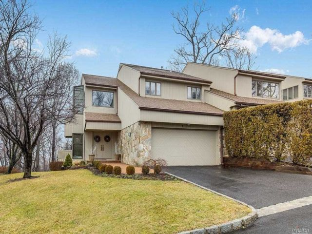 4 BR,  3.50 BTH Homeowner assoc style home in Glen Cove