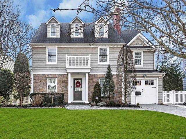 4 BR,  2.50 BTH Colonial style home in Merrick