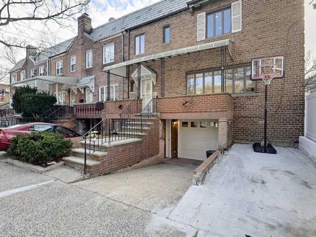4 BR,  3.50 BTH  Colonial style home in Rego Park