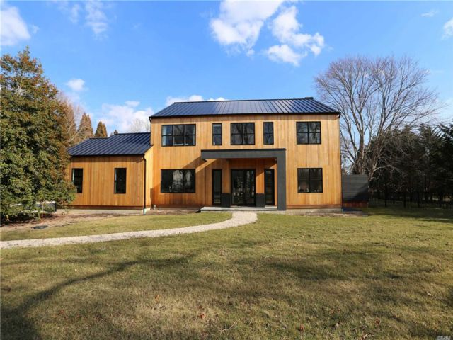 4 BR,  3.00 BTH 2 story style home in Westhampton