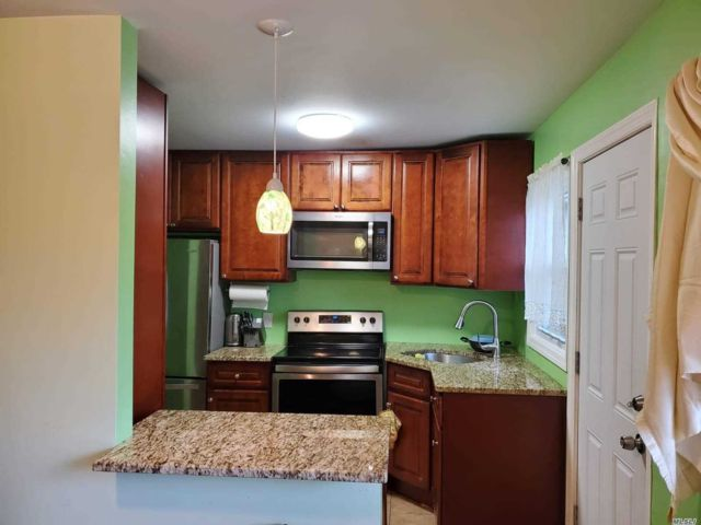 3 BR,  2.00 BTH Apt in house style home in Roosevelt