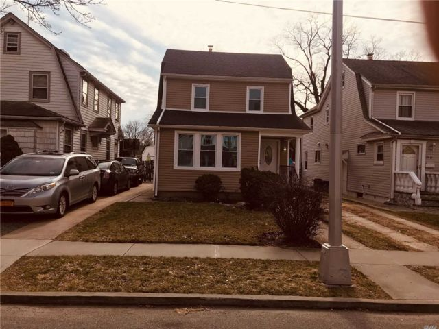 3 BR,  2.50 BTH Colonial style home in Bellerose