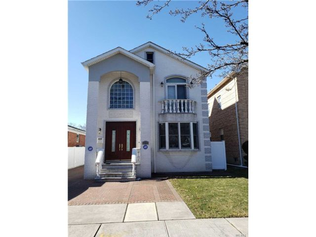 4 BR,  3.50 BTH Colonial style home in Bellerose