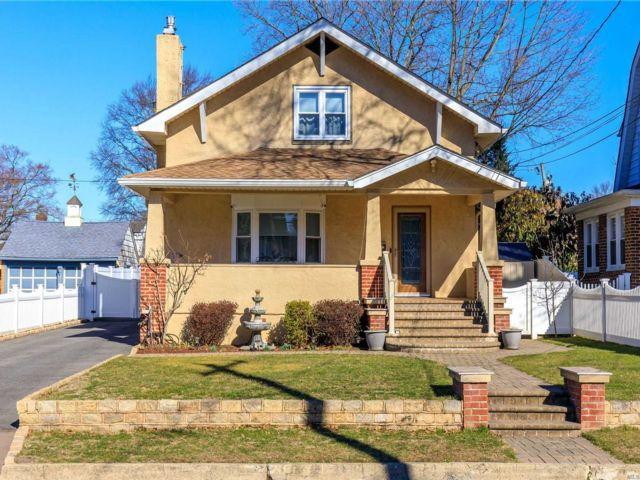 3 BR,  3.00 BTH Colonial style home in Glen Cove