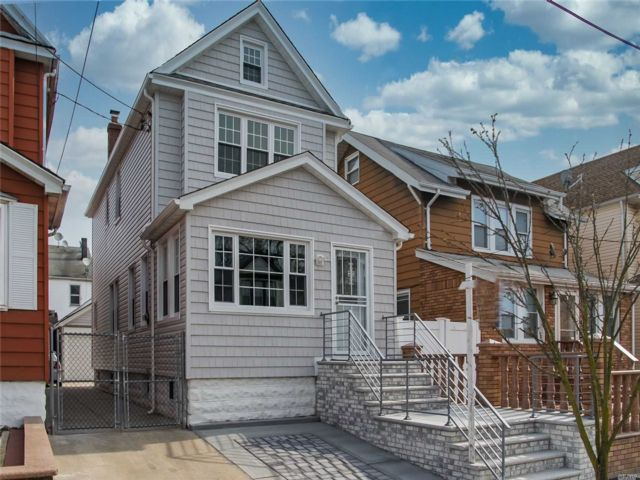 3 BR,  2.00 BTH  Colonial style home in Richmond Hill