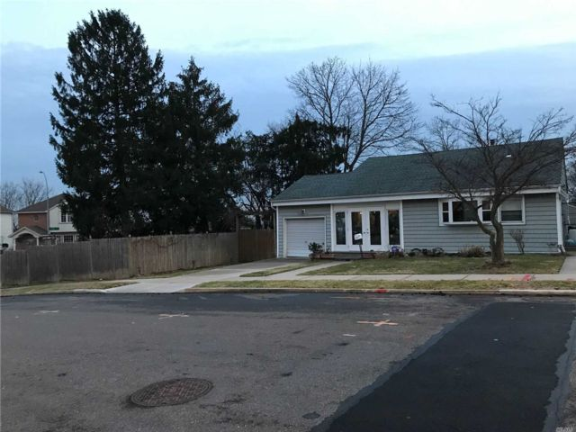 3 BR,  2.00 BTH  Ranch style home in Floral Park