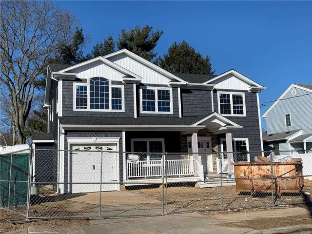 4 BR,  2.50 BTH Colonial style home in Massapequa Park