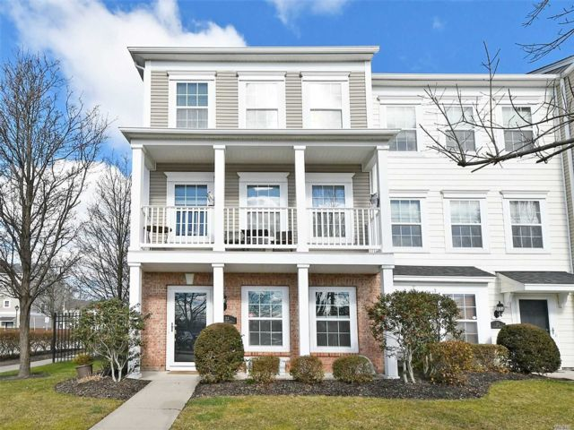 3 BR,  2.50 BTH Condo style home in Patchogue