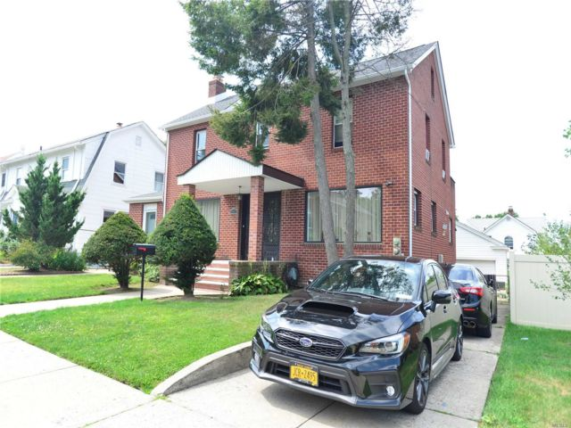 4 BR,  3.00 BTH Colonial style home in Flushing