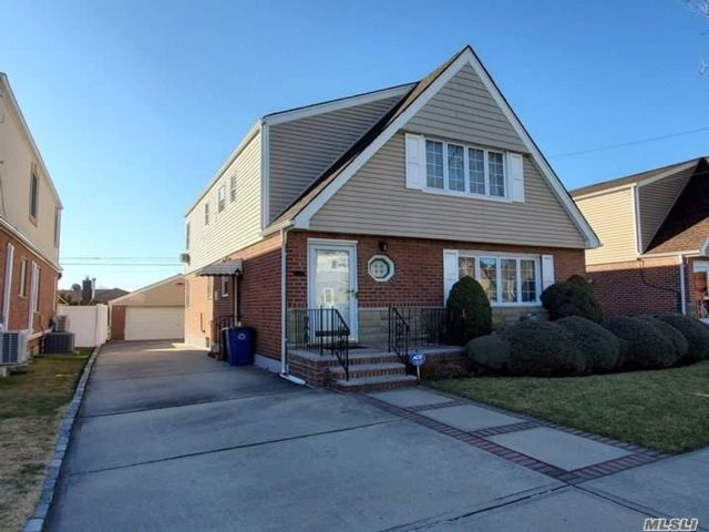 6 BR,  3.00 BTH Colonial style home in Whitestone