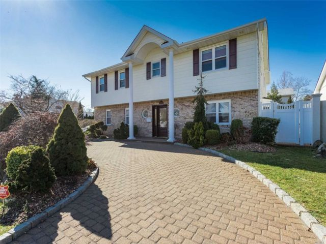 5 BR,  2.50 BTH  Splanch style home in Bellmore