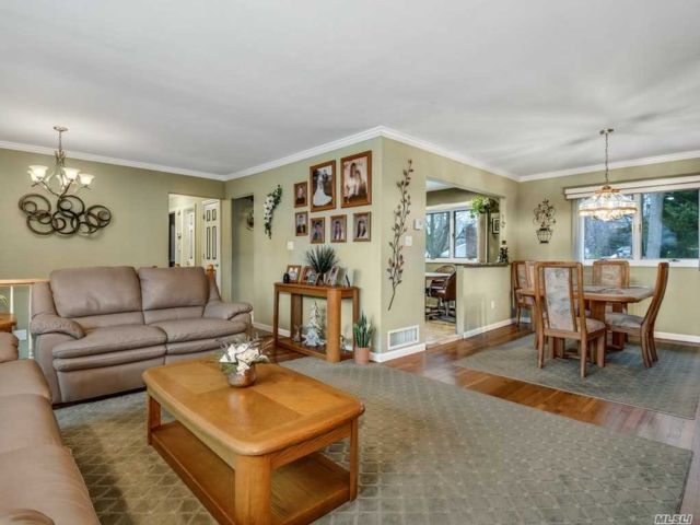 5 BR,  1.50 BTH  Hi ranch style home in Hauppauge