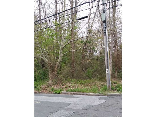 Lot <b>Size:</b> .46 Land style home in East Islip