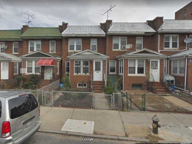 5 BR,  2.00 BTH Colonial style home in Rego Park