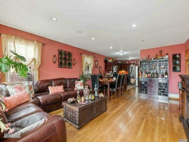 6 BR,  5.00 BTH Contemporary style home in Glendale