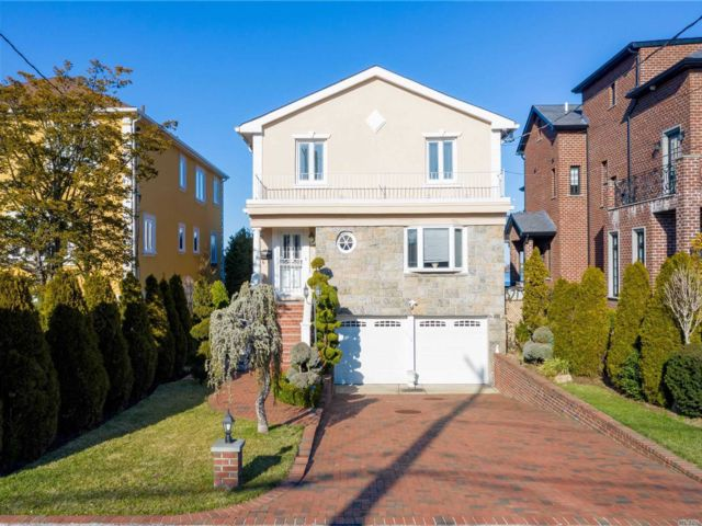 4 BR,  4.00 BTH  Colonial style home in Whitestone