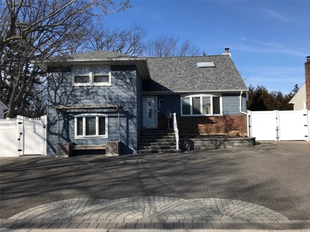 4 BR,  3.00 BTH  Split style home in North Bellmore