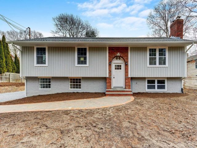 6 BR,  3.00 BTH  Raised ranch style home in East Hampton