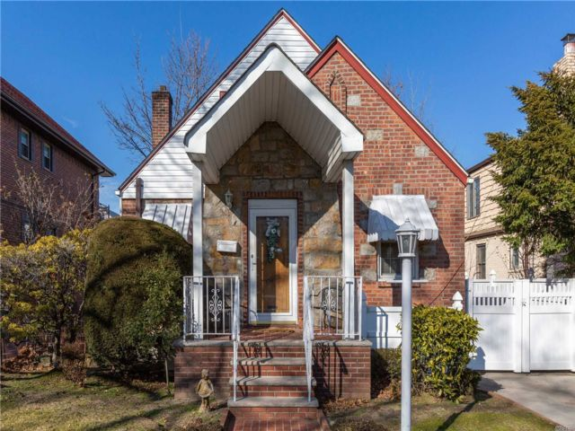5 BR,  3.00 BTH  Cape style home in Flushing