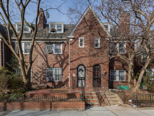 5 BR,  4.00 BTH Colonial style home in Jackson Heights