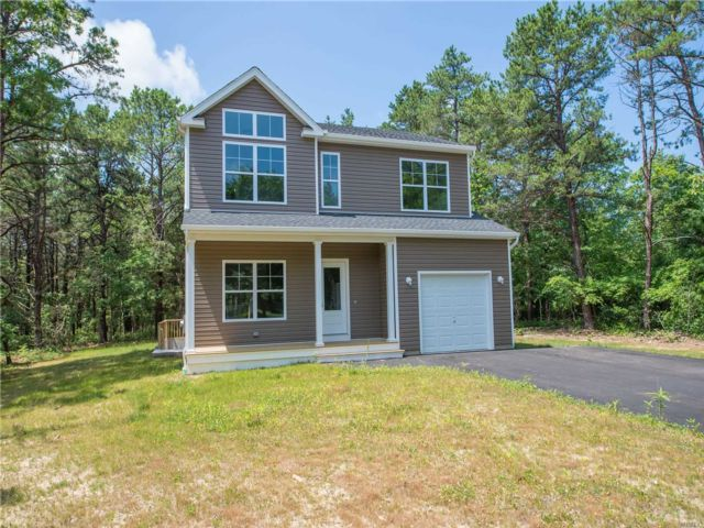 4 BR,  2.50 BTH Colonial style home in Medford