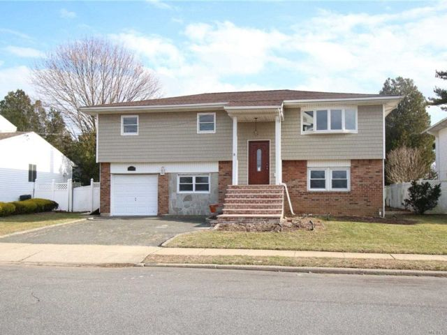 5 BR,  3.00 BTH  Hi ranch style home in North Bellmore