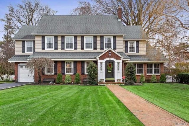 6 BR,  3.50 BTH Colonial style home in Garden City