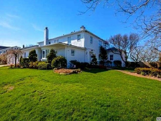 5 BR,  7.00 BTH Colonial style home in Long Beach