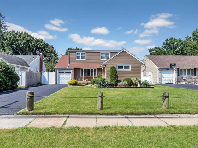 5 BR,  2.00 BTH  Exp ranch style home in North Bellmore