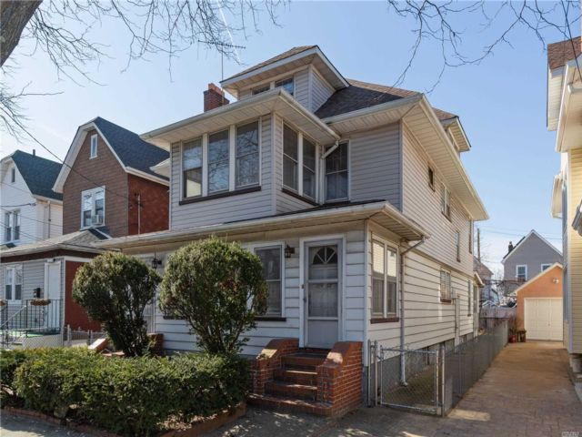 8 BR,  2.00 BTH Colonial style home in Richmond Hill