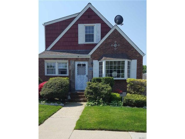 3 BR,  2.00 BTH  Exp cape style home in Bellerose