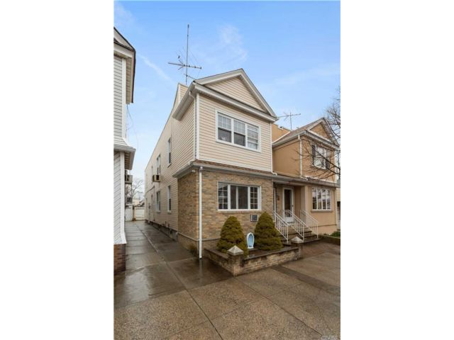 6 BR,  2.00 BTH Colonial style home in Glendale
