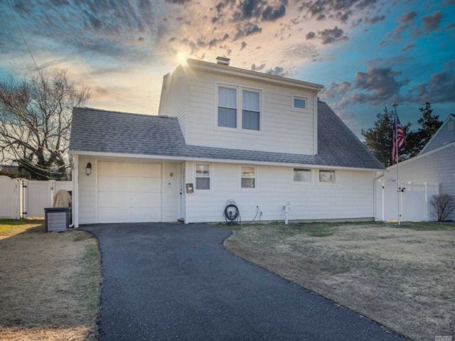 4 BR,  2.00 BTH  Exp cape style home in Levittown