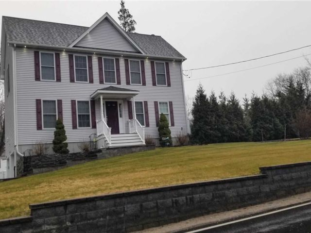 4 BR,  2.50 BTH  Colonial style home in Sound Beach