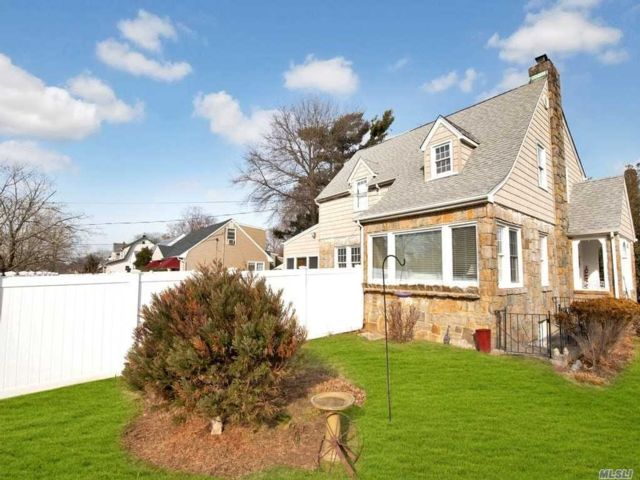 4 BR,  2.50 BTH Colonial style home in Freeport