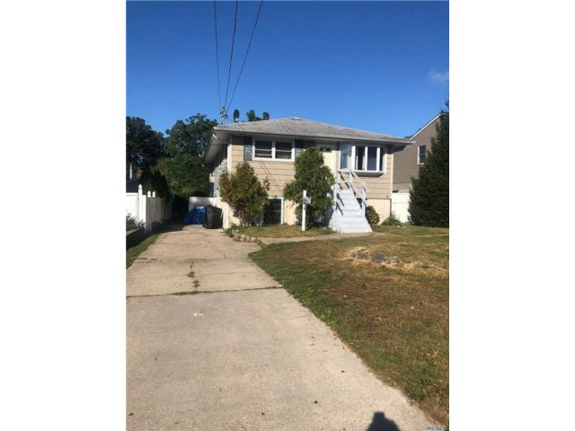 3 BR,  2.00 BTH Ranch style home in West Islip