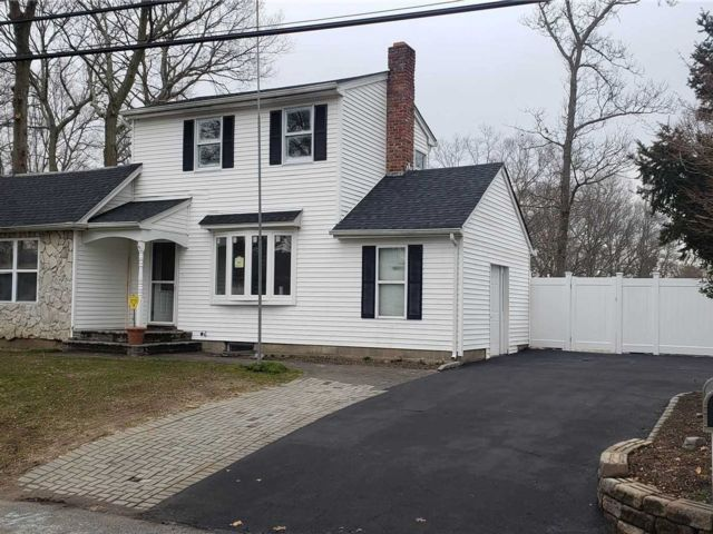 4 BR,  2.50 BTH Exp ranch style home in Ronkonkoma