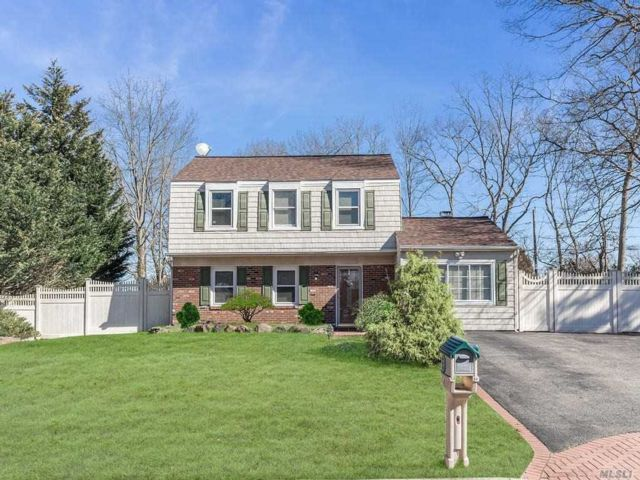 3 BR,  3.00 BTH Colonial style home in Coram