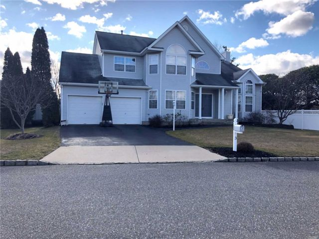 5 BR,  3.50 BTH Colonial style home in Holtsville