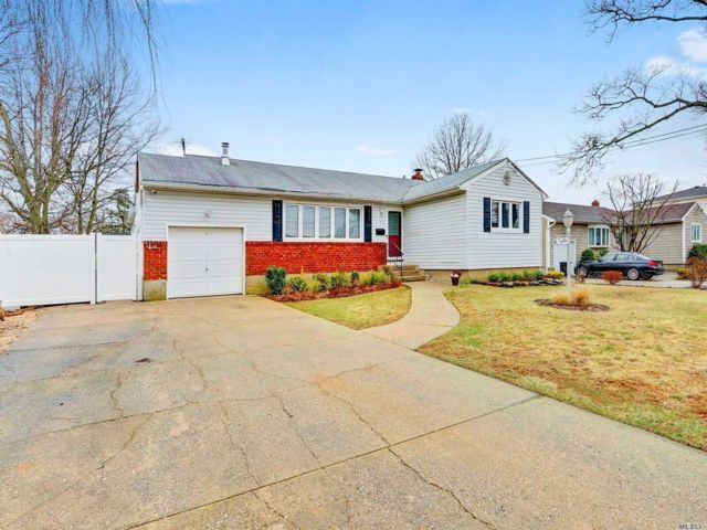3 BR,  1.00 BTH Ranch style home in Deer Park