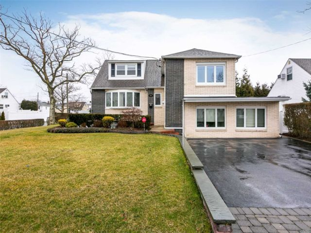 4 BR,  3.00 BTH Split level style home in Island Park