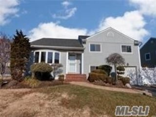 4 BR,  3.00 BTH  Split level style home in Wantagh
