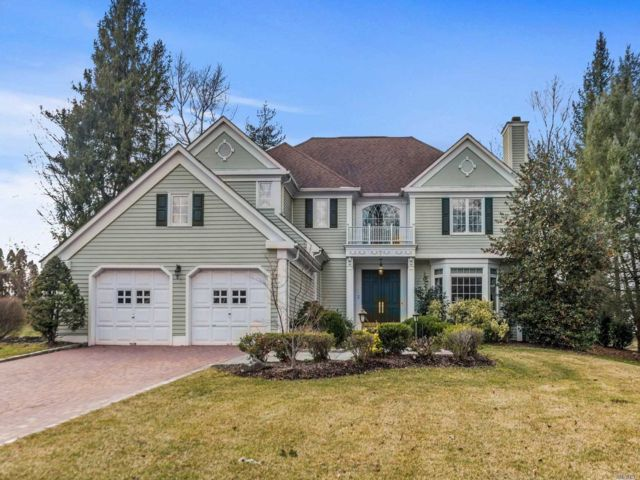 4 BR,  5.00 BTH Colonial style home in Manhasset