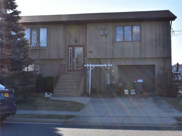 3 BR,  2.50 BTH Hi ranch style home in Freeport